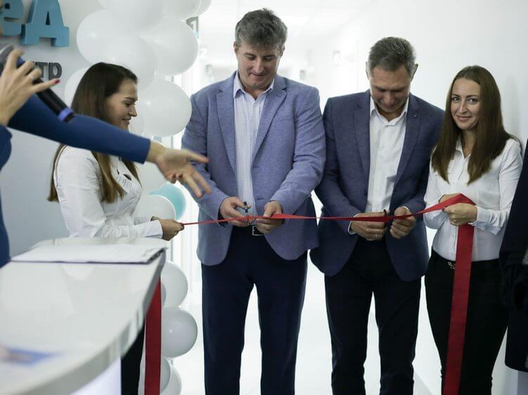Разрезание красной ленты учредителями центра: Юрием Анатольевичем и Игорем Яковлевичем